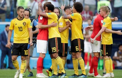Jogadores da Bélgica e da Inglaterra se cumprimentam após o final da partida - Foto: Folhapress