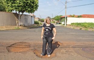 Weber Sian / A Cidade - Sarita Karkoski diz enfrentar um rally todos os dias ao levar os filhos à escola do bairro.