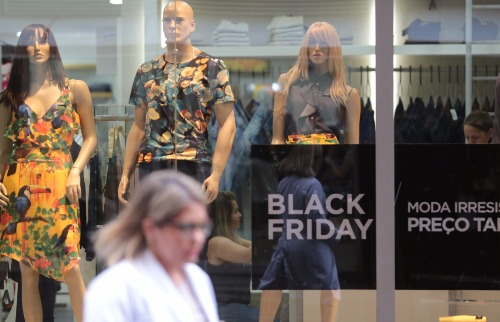Matheus Urenha / A Cidade - Lojas do Centro e dos shoppings já começam a oferecer  descontos especiais (foto: Matheus Urenha / A Cidade)