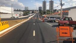 Viaduto recém-inaugurado passa por conserto em Ribeirão
