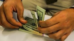 Dólar fecha no menor nível em quatro semanas