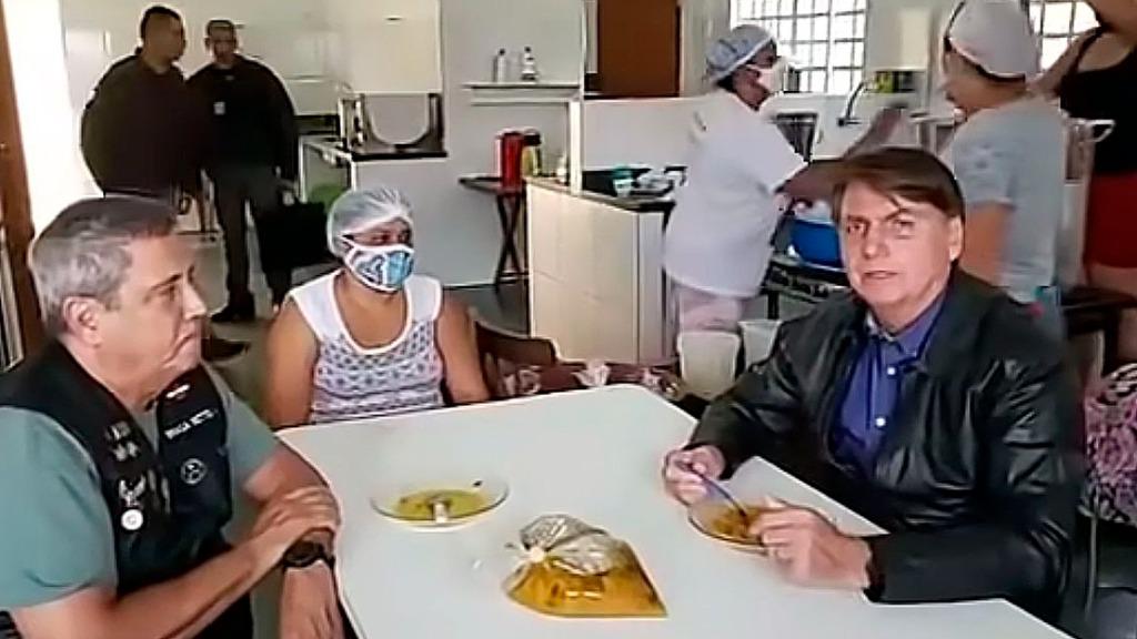 Bolsonaro afirmou que os quartéis têm condições de ajudar na vacinação (Foto: Divulgação) - Foto: (Foto: Divulgação)