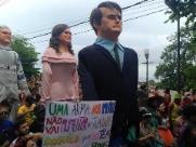 Bonecos de Bolsonaro e da primeira dama Michelle desfilam em Olinda