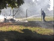 Terreno em frente ao Corpo de Bombeiros na Vila Xavier é incendiado