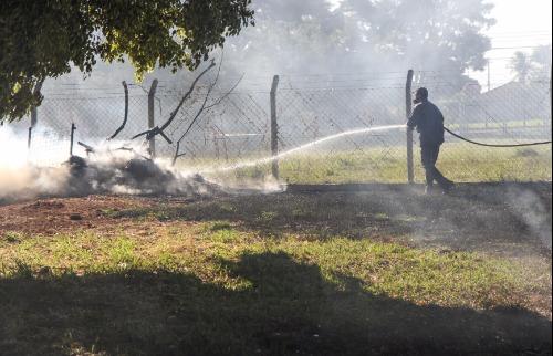 Amanda Rocha - Bombeiros controlam área incendiada na Vila Xavier (Amanda Rocha/ACidadeON)