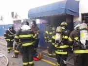 Casal de idosos fica gravemente ferido em incêndio na Rua Dois