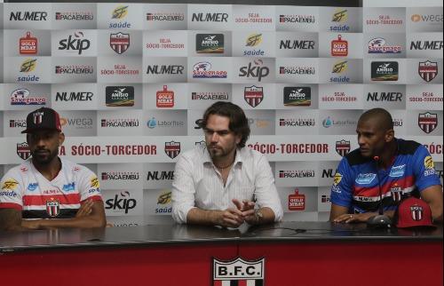 Matheus Urenha / A CIDADE - Tiago Cardoso (à esq.) e Everton Heleno (à dir.) assinam com Tricolor  de Ribeirão Preto (foto:Matheus Urenha / A CIDADE)