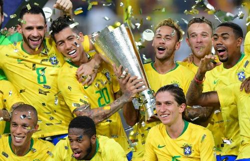 Vitória em amistoso contra a Argentina rendeu troféu à seleção brasileira (Foto: Reuters / Folhapress) - Foto: Foto: Reuters / Folhapress