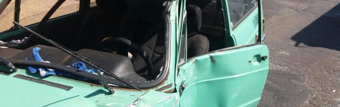 Brasilia ficou com a frente danificada depois do acidente (Rodrigo Peronti/ACidadeON) - Foto: ACidade ON - Araraquara