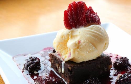 Brownie com sorvete de creme e calda de frutas vermelha é uma das delícias do festival - Foto: Divulgação