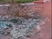 Bueiro sem tampa acumula entulho e atrapalha trânsito na zona Oeste