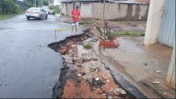Moradora reclama de buracos e da qualidade do asfalto no Aracy 2