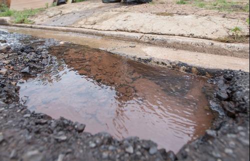 Reparo de vazamentos de água em Ribeirão Preto caiu pela metade. Corte de benefícios de servidores do Daerp seria um dos principais motivos (Foto: Weber Sian/ A Cidade) - Foto: Weber Sian / A Cidade