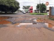 Buracos em rua trazem risco e atrapalham trânsito na zona Norte