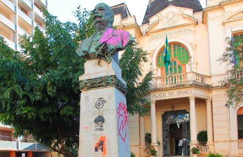 F.L.Piton / A Cidade - 10.jul.2013 - Busto do homem que dá o nome ao Palácio do Rio Branco, vandalizado em 2013; mancha permanece no mesmo local, em foto de dezembro de 2017 (foto: F.L.Piton / A Cidade - 10.jul.2013)