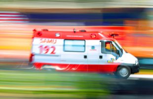 F.L.Piton / A Cidade - 02/11/2015 - Ambulância do Samu durante atendimento
