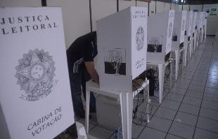 F.L. Piton / A Cidade - Cabine de votação da Justiça Eleitoral