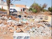 Entulho e lixo jogados a céu aberto há pelo menos oito anos