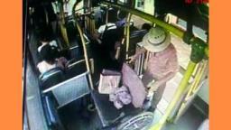 Homem usa cadeira de rodas para não pagar tarifa do ônibus