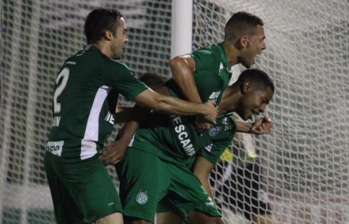 ACidade ON - Campinas - Caíque (abaixado) foi o autor dos dois gols do Guarani na noite desta sexta-feira (Foto: Luciano Claudino/Código 19)