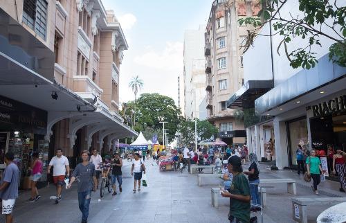 Lavar o comércio e jogar a água para o Calçadão também vai render multa (Foto: Arquivo ACidade) - Foto: ACidade ON - Ribeirão Preto
