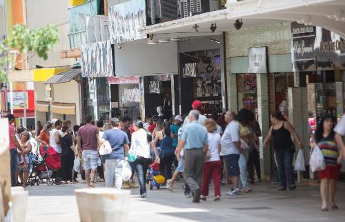 Mastrangelo Reino / A Cidade - Movimento no Calçadão de Ribeirão Preto