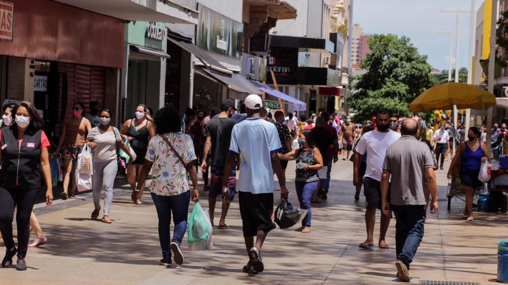 Consumidores foram ao Calçadão na manhã deste sábado (23) - Foto: Weber Sian / ACidade ON