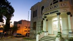 Homem defeca em porta da Câmara Municipal de Batatais