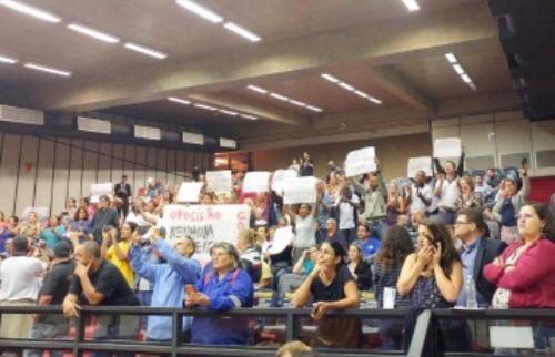 Marcelo Fontes / A Cidade - Servidores, capitaneados pelo Sindicato da categoria, fizeram muito barulho na sessão desta quinta-feira (22)
