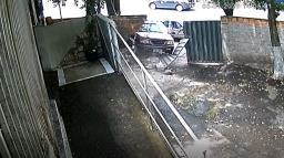Câmera flagra motorista atropelando mulheres e criança