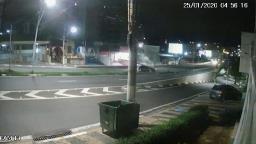 Câmera flagra colisão que derrubou poste no Laurão