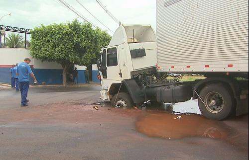 Reprodução EPTV - Motorista afirma que asfalto cede quando ele tentou passar com o veículo