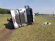 Caminhão carregado com azeite tomba na Rodovia Washington Luís