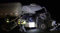 Colisão entre 3 caminhões deixa dois feridos na SP-310