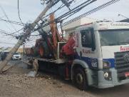 Caminhão colide e derruba poste no São João