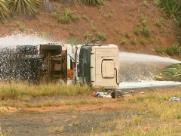 Caminhão-tanque tomba em trevo entre Batatais e Sales Oliveira