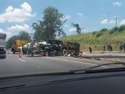 Caminhão tomba na Anhanguera e interdita pista