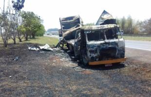 F.L.Piton / A Cidade - Caminhão ficou completamente destruído por incêndio