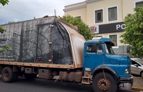 Caminhão foi recuperado na Estrada do Piripau (Foto: Marcius Ariel/CBN) - Foto: Marcius Ariel/CBN