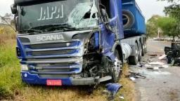 Motorista fica ferido após batida frontal entre caminhão e Kombi em Campinas