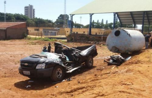 ACidade ON - São Carlos - Caminhonete ficou completamente destruída (Julia Fernandes/ACidadeOn)