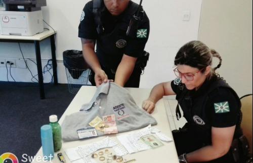 Camiseta e material usado por falso agente, em Valinhos. (Foto: Divulgação/GCM de Valinhos) - Foto: Divulgação/GCM de Valinhos