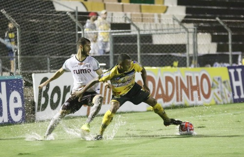Campo encharcado prejudicou o futebol das equipes no 1º tempo. (Foto: Colaboração/Tetê Viviani) - Foto: Colaboração/Tetê Viviani