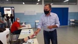 Candidato Fernando Fraga (PTB) vota em escola de Araraquara