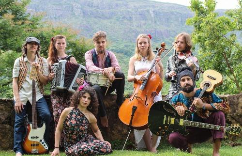 A banda passou por mais de 20 países viajando em uma kombi e reúne brasileiros, franceses e italianos (Foto: Thais Andressa). - Foto: Thais Andressa