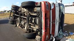 Caminhão tomba em Jaguariúna e motorista fica ferido