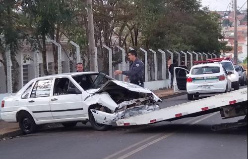 Carro capota após colidir contra poste no Aracy - Foto: ACidade ON - São Carlos