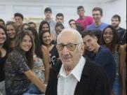 Aos 90 anos, Carlos começa faculdade de arquitetura