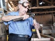 Carpinteiro de São Carlos já fez e doou mais de 10 mil muletas em 48 anos