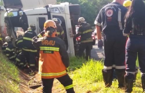 Passageiro morre em tombamento de carreta na rodovia Anhanguera - Foto: Ricardo Canaveze